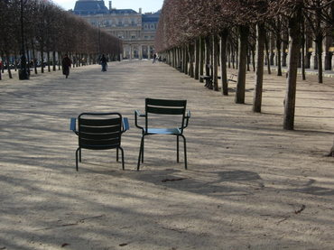 Chaises_vides_au_palais_royal